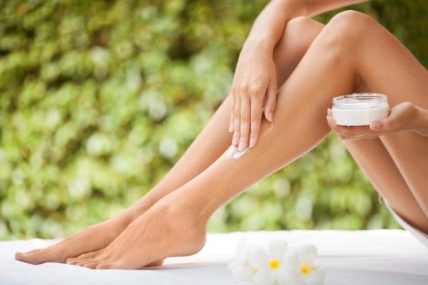 10 хитростей, которые продлят время гладкости ваших ног после бритья