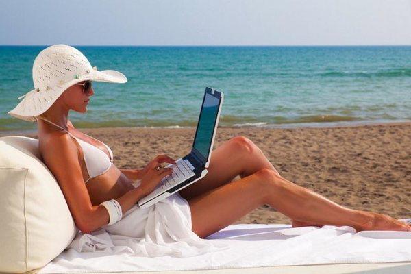 5 советов, которые помогут сохранить маникюр в отпуске