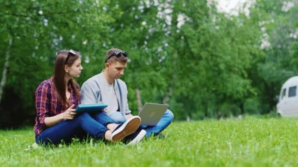 Как заставить его думать о тебе: 8 практичных советов
