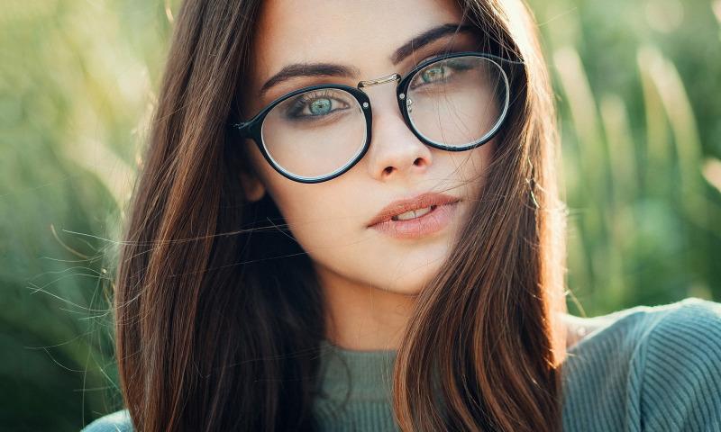 Особенности макияжа для девушек в очках