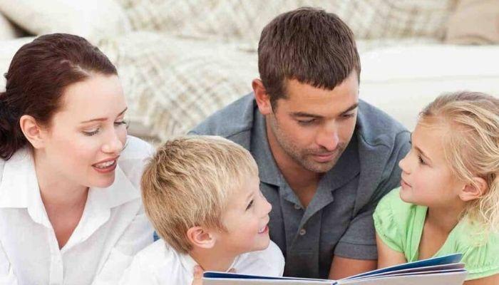 Родители проводят время вместе с детьми