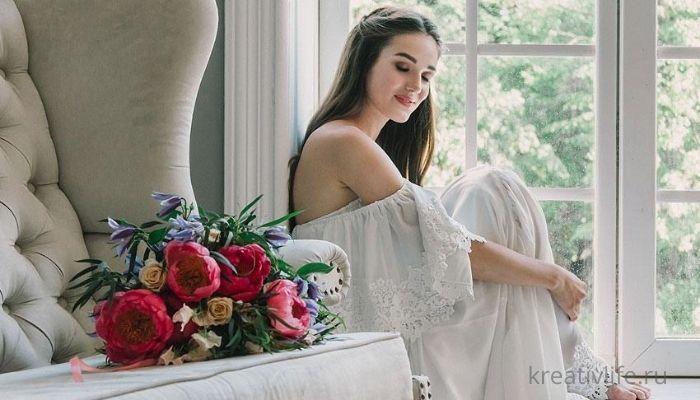 Красивая успешная мечтающая женщина с букетом цветов