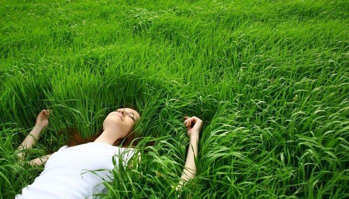 Отдых, расслабление, медитация в траве на природе