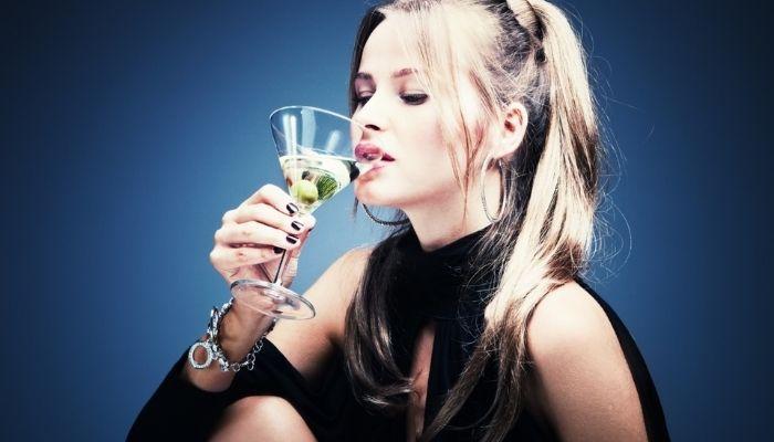 Женщина с бокалом спиртного напитка