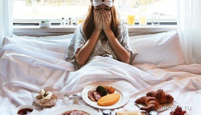 девушка в кровати завтракает, много блюд только проснулась