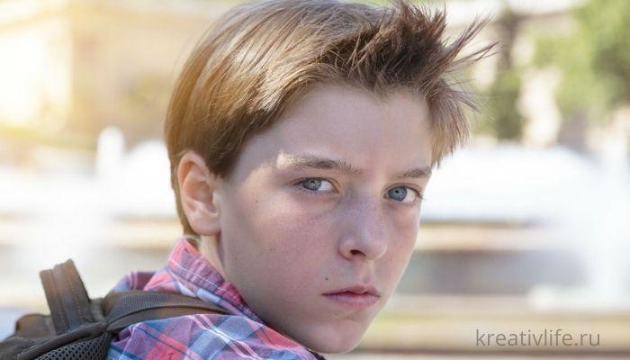 Грустный подросток, ребенок, мальчик сидит на улице