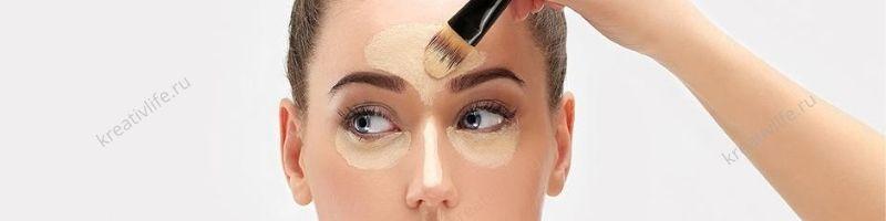 девушка делает макияж