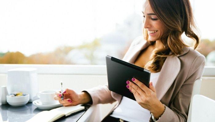 Девушка на работе с ручкой и планшетом