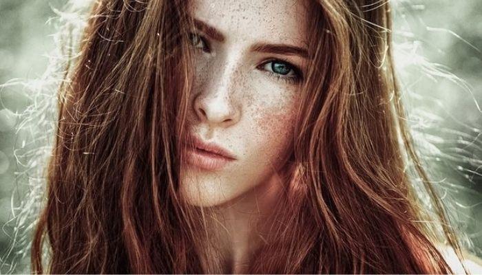 Задумчивая, красивая девушка с рыжими волосами